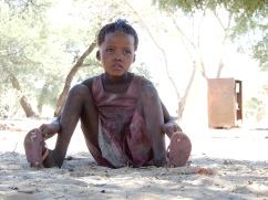 Kind im Dorf Luepo