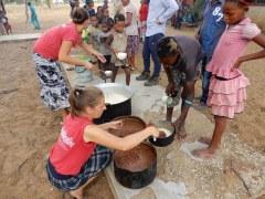 Beim Essen Verteilen in Luepo