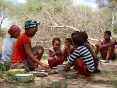 Beim Essen im Dorf Paradise