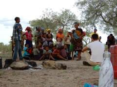 Beim Gesang im Dorf Duen Pos